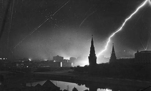 Điện Kremlin bị phát xít Đức ném bom ngày 26/7/1941. Ảnh: Margaret Bourke-White