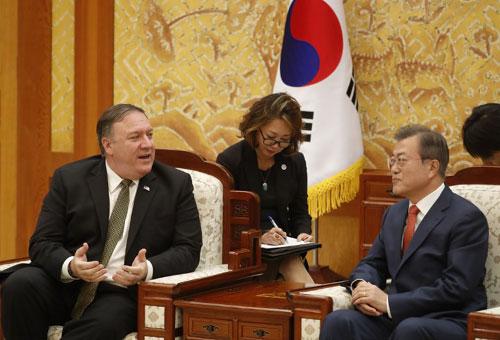 Pompeo (trái) trao đổi với Tổng thống Hàn Quốc Moon Jae-in hôm nay. Ảnh: AFP.