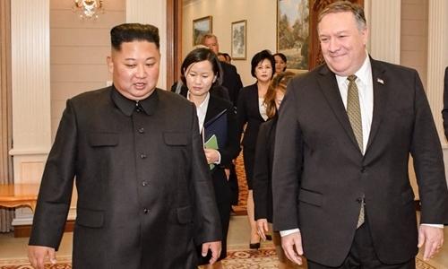 Lãnh đạo Triều Tiên Kim Jong-un (trái) và Ngoại trưởng Mỹ Mike Pompeo hôm nay có cuộc gặp tại Bình Nhưỡng. Ảnh: Twitter.