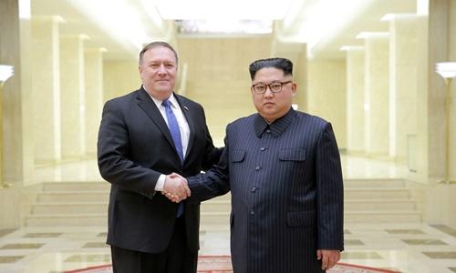 Ngoại trưởng Mỹ Mike Pompeo (trái) bắt tay lãnh đạo Triều Tiên Kim Jong-un trong chuyến thăm Bình Nhưỡng hồi tháng 5. Ảnh: Reuters.