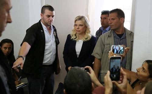 Sara Netanyahu, vợ Thủ tướng Israel Benjamin Netanyahu xuất hiện tại một tòa án ở Jerusalem hôm nay. Ảnh: Reuters.