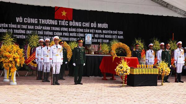 Linh cữu cố Tổng bí thư được đặt ngay ngắn trước ban thờ, hai bên có đội tiêu binh đứng canh gác. Ảnh: Ngọc Thành