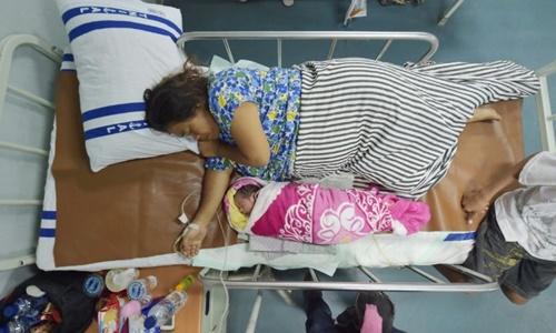 Bé Suharsi và mẹ trên tàu cứu trợ Soeharso. Ảnh: AFP.