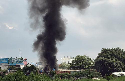 Cột khói bốc ra từ đám cháy. Ảnh: Quế Biên.