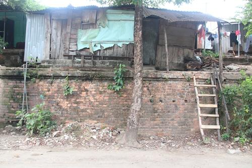Khu vực Thượng thành nhếch nhác với các ngôi nhà tạm bợ của người dân. Ảnh: Võ Thạnh