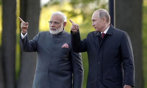 Tổng thống Nga Vladimir Putin (phải) gặp Thủ tướng Ấn Độ Narendra Modi hôm 5/10. Ảnh: Reuters.