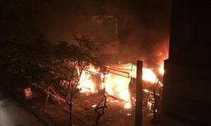 Lửa kèm nhiều tiếng nổ thiêu rụi 2 ngôi nhà ở Hà Nội