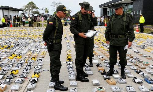 Cảnh sát Colombia kiểm tra lượng lớn ma túy bị phát hiện hồi năm 2015. Ảnh: Reuters.