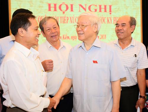 Tổng bí thư Nguyễn Phú Trọng trao đổi với các cử tri sáng 8/10. Ảnh: Ngọc Thắng