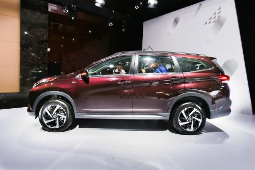 Toyota Rush nhập khẩu từ Indonesia trong lễ ra mắt tại Hà Nội.