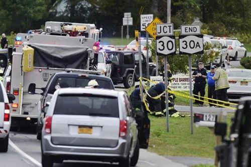 Cảnh sát tại hiện trường vụ tai nạn khiến 20 người thiệt mạng ở ngoại ô New York chiều 6/10. Ảnh: New York Times.