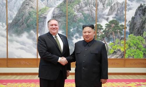 Ngoại trưởng Mỹ Mike Pompeo (trái) bắt tay lãnh đạo Triều Tiên trong buổi gặp tại Bình Nhưỡng hôm 7/10. Ảnh: Reuters.