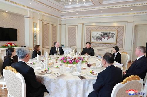 Phái đoàn Mỹ và Triều Tiên dự tiệc trưa sau cuộc họp tại Bình Nhưỡng hôm 7/10. Ảnh: Reuters.