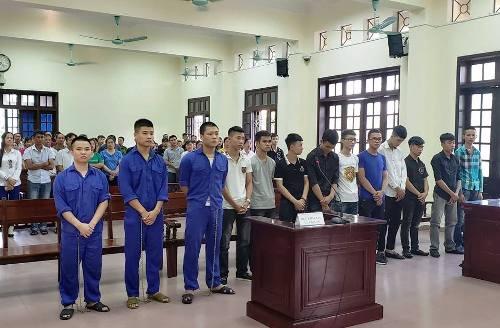 13 bị cáo chém nhau liên quan đến mâu thuẫn trên mạng xã hội facebook hầu tòa. Ảnh: Giang Chinh