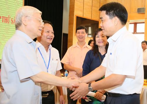 Tổng bí thư Nguyễn Phú Trọng và Chủ tịch Hà Nội Nguyễn Đức Chung tại cuộc tiếp xúccử trisáng 8/10. Ảnh: Võ Hải.