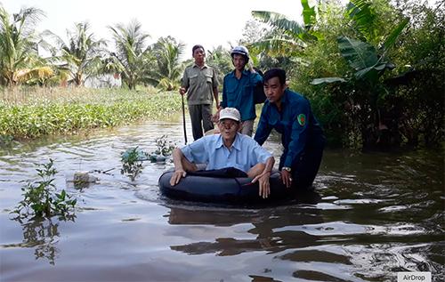 Người dân vùng ngập lụt được sơ tán đến nơi an toàn. Ảnh: Cửu Long
