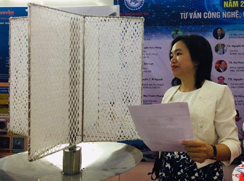 TS Hà Phương Thư, thành viên nhóm nghiên cứu giới thiệu thiết bị thu sương tại sự kiện Trình diễn và kết nối cung cầu công nghệ vừa tổ chức ởCần Thơ ngày 3-5/10. Ảnh: Thanh Hằng.