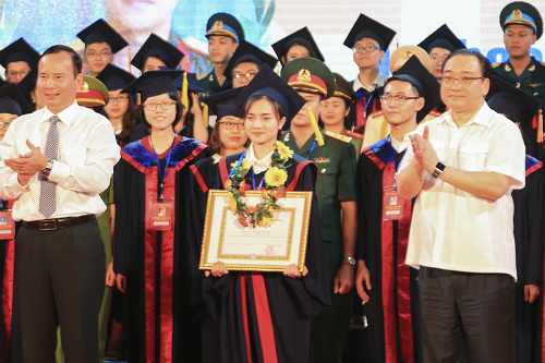 Bí thư Thành ủy Hà Nội Hoàng Trung Hải trao bằng khen của thành phố cho các thủ khoa. Ảnh: Dương Tâm