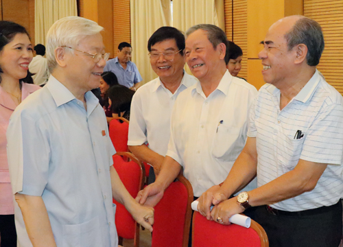 Tổng bí thư Nguyễn Phú Trọng trò truyện với các cử tri. Ảnh: Võ Hải.