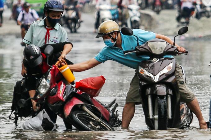 Người Sài Gòn giúp nhau trong ngày triều cường dâng cao