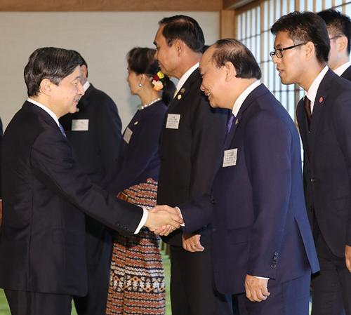 Thủ tướng Nguyễn Xuân Phúc bắt tayHoàng Thái tử Naruhitotại cung điện hoàng gia ở Tokyo hôm 9/10. Ảnh: AFP