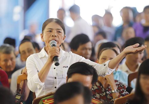 Người dân bày tỏ nỗi ấm ức khi phải sống chung ô nhiễm bãi rác 28 năm qua. Ảnh: Nguyễn Đông.