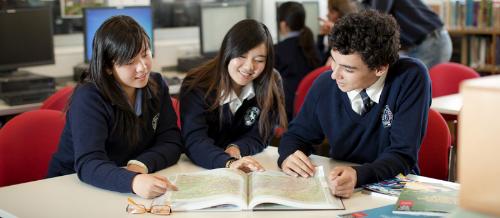 Yêu cầu chung về tiếng Anh để vào học phổ thông là PTE A 35 - 42 tương đương IELTS 5.0 - 5.5.