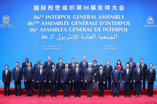 Mạnh Hoành Vĩ (thứ 6 từ trái sang, hàng đầu) đứng bên phải Chủ tịch Tập Cận Bình trong hội nghị Đai hội đồng Interpol ở Bắc Kinh năm 2017. Ảnh: NYTimes.