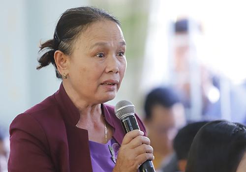 Bà Hạnh mời lãnh đạo thành phố xuống ở vài ba ngày để hiểu nỗi khổ của họ suốt 28 năm qua. Ảnh: Nguyễn Đông.