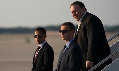 Các vệ sĩ tháp tùng Ngoại trưởng Mỹ Mike Pompeo (giữa). Ảnh: Reuters.
