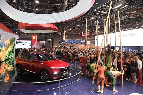 Sau khi có màn ra mắt ấn tượng tại triển lãm xe hơi hàng đầu thế giới Paris Motor Show, hai chiếc Lux A2.0 và Lux SA2.0 tiếp tục trở thành tâm điểm trong những ngày diễn ra triển lãm. Những bức ảnh chia sẻ trên cộng đồng mạng cho thấy rất đông khách tham quan ghé thăm gian hàng VinFast trong ngày cuối tuần để chiêm ngưỡng hai mẫu xe thương hiệu Việt, khiến sân khấu có lúc bị quá tải.Khách quốc tế tỏ ra khá quan tâm tới hai mẫu xe đến từ Việt Nam. Một vài người nhận xét, chiếc sedan Lux A2.0 mang vẻ đẹp sang trọng, thanh lịch; chiếc SUV Lux SA 2.0 lại có nét khỏe khoắn, hiện đại.Là đại diện đầu tiên của Việt Nam góp mặt tại triển lãm ôtô quy mô quốc tế, nhưng gian hàng của VinFast tỏ ra không bị lép vế so với các tên tuổi lớn như Ferrari, Suzuki, Kia, Renault... bên cạnh.Bên cạnh hai mẫu xe bản sắc Việt - kỹ thuật Đức  thiết kế Italy  tiêu chuẩn quốc tế, VinFast muốn giới thiệu những vẻ đẹp khác của Việt Nam, thông qua hình ảnh màu đỏ đặc trưng, cánh hoa sen hiện diện trên sân khấu. Trong ngày cuối tuần, màn trình diễn mang âm hưởng quê hương được nhiều người đánh giá đã gây ấn tượng với nhiều du khách đến từ các nước châu Âu.Món mứt cổ truyền tại gian hàng cũng được bạn bè quốc tế thích thú.Nhiều người Việt từ khắp các thành phố châu Âu cũng đến tham quan và tranh thủ check-in tại gian hàng VinFast. Nhiều kỹ sư Việt Nam đang làm việc tại nước ngoài bày tỏ, họ rất mong mỏi sự ra đời của VinFast sẽ tạo cơ hội cho đội ngũ nhân sự chất lượng cao có thể có những cống hiến thiết thực hơn nữa cho đất nước.