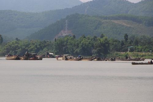Nhiều thuyền hút cát sát khu vực bờ sông phường Hương Hồ. Ảnh: Võ Thạnh