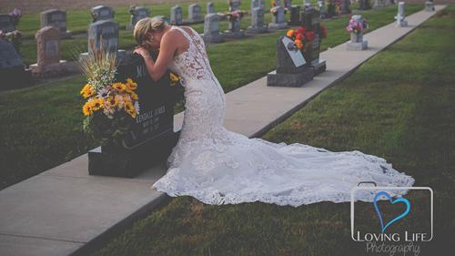 Jessica chụp ảnh bên mộ vị hôn phu quá cố hôm 29/9. Ảnh: LovingLife.