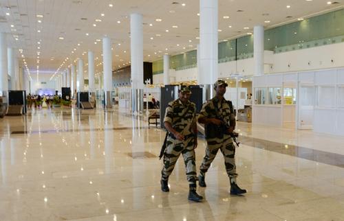Cảnh sát thuộc lực lượngCISF tuần tra tại sân bay ở New Delhi, Ấn Độ. Ảnh: AFP.