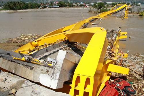 Cầu Ponulele Yellow ở Palubị phá hủy sau đợtsóng thần hôm 28/9. Ảnh: Reuters.