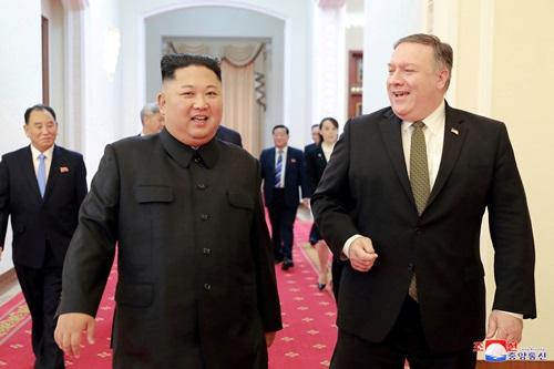 Ngoại trưởng Mỹ Mike Pompeo (phải) và lãnh đạo Triều Tiên Kim Jong-un trong cuộc gặp tại Bình Nhưỡng sáng 7/10. Ảnh: Reuters.