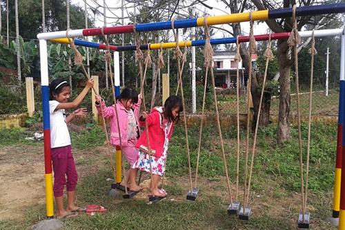 Bọn trẻ vui chơi ở nhà văn hóa thôn Phước Thắng. Ảnh: Đắc Thành.