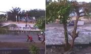 Thêm video về sóng thần ập vào thành phố ở Indonesia