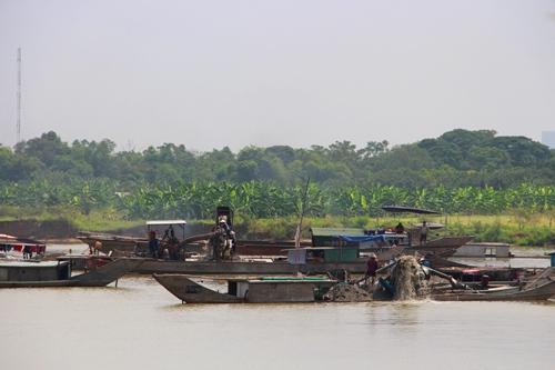 Tình trạng khai thác trên sông Hương ở khu vực bãi bồi Lương Quán. Ảnh: Võ Thạnh
