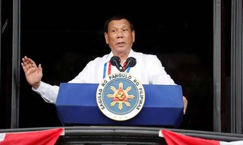 Tổng thống Philippines Rodrigo Duterte phát biểu tại thành phố Kawit, tỉnh Cavite hôm 12/6. Ảnh: Reuters.