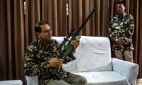 Nawab Shafat Ali Khan (ngồi ghế), một trong những thợ săn hàng đầu Ấn Độ. Ảnh: NYTimes.