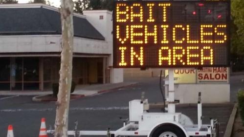 Tấm biển cảnh báo kẻ trộm với dòng chữ: Có xe mồi ở đây. Ảnh: CBC.