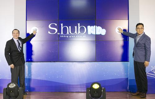 Ông Bùi Xuân Đức, Giám đốc Thư viện Khoa học Tổng hợp TP HCM và ông Kim Cheol Gi, Tổng giám đốc Công ty Điện tử Samsung Vina thực hiện nghi thức ra mắt S.hub Kids.