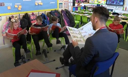 Trẻ vừa học bài vừa đạp xe trong lớp. Ảnh: BBC