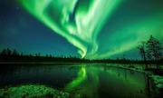 Cực quang uốn lượn trên nền trời đêm gần vòng Bắc cực