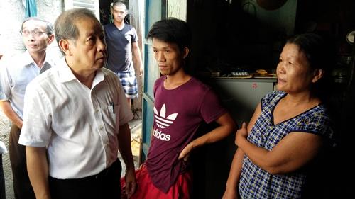Ông Phan Ngọc Thọ trong cuộc khảo sát các hộ dân sống ở Thượng thành trong tháng 9. Ảnh: Võ Thạnh