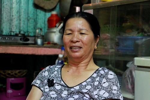 Bà Kho mong muốn có đất xây nhà khi được di dời. Ảnh: Võ Thạnh
