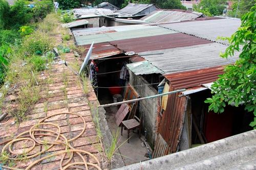 Những ngôi nhà tạm bợ của người dân trên khu vực Thượng thành. Ảnh: Võ Thạnh