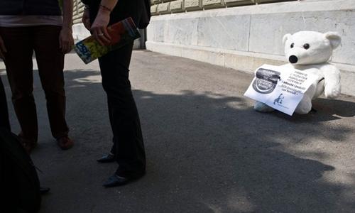 Gấu bông mang thông điệp kêu gọi trừng phạt nghiêm khắc kẻ ấu dâm được đặt trên đường phố Thụy Sĩ năm 2014. Ảnh: Keystone.