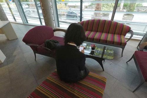 Bà Grace Mạnh kể về lần liên lạc cuối cùng với chồng khi gặp các phóng viên tại một khách sạn ở Lyon, Pháp. Ảnh: AFP.